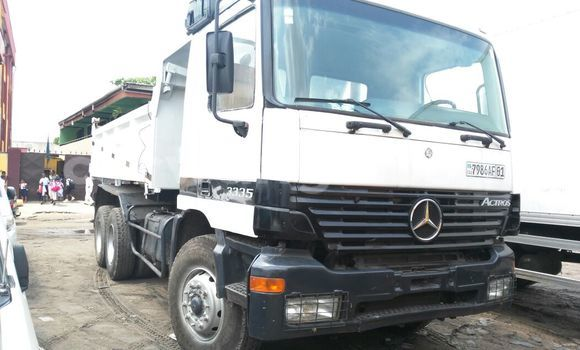 Acheter Utilitaire Mercedes Benz Actros 3335 Blanc en Kasa Vubu